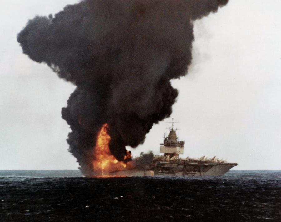 1969. Az USS Enterprise egy baleset után lángol. A felszállófedélzeten egy rakéta az F-14-esbe rakodás közben felrobbant. 27-en meghaltak, 314-en megsebesültek. A hajót megjavították, 2012-ig szolgált..jpg