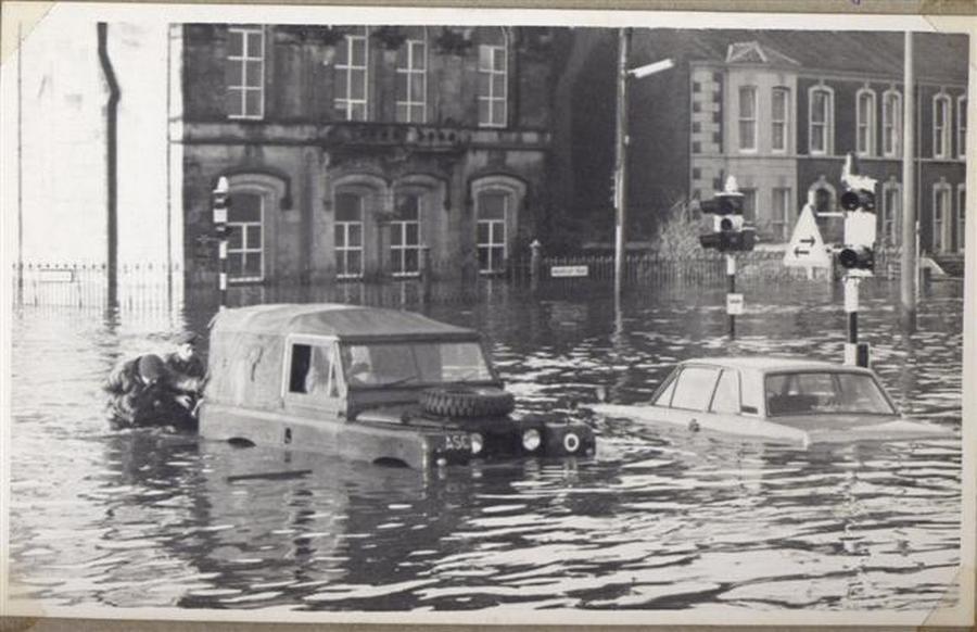 1969. Brit katonák tolják dzsipjüket a nagy árvízben Omaghban, Észak-Írországban..jpg