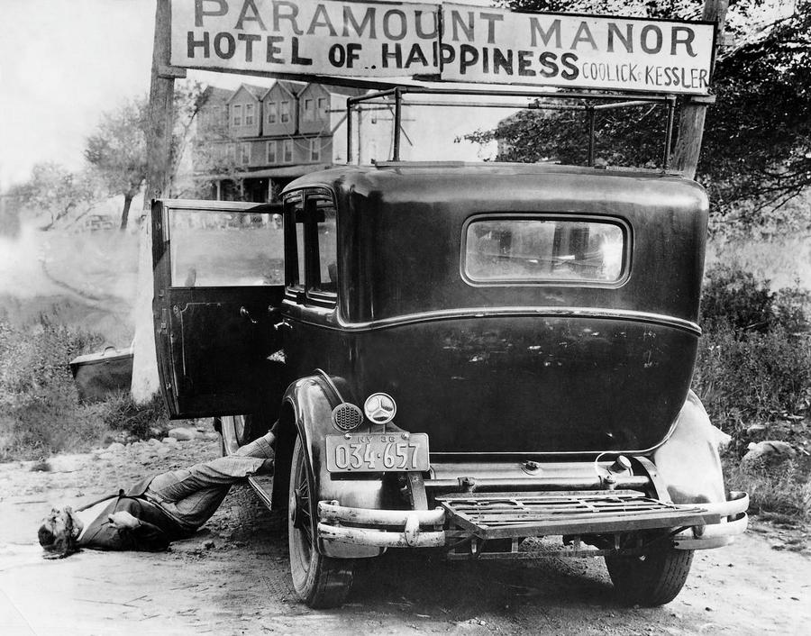 1936. A szintén genszter Irving Ashkenas fekszik holtan a sajtó által Gyilkos Rt. Murder Inc.-nek elnevezett bűnözői csoporttal való találkozása után egy New York állambéli vidéki hotel előtt..jpg