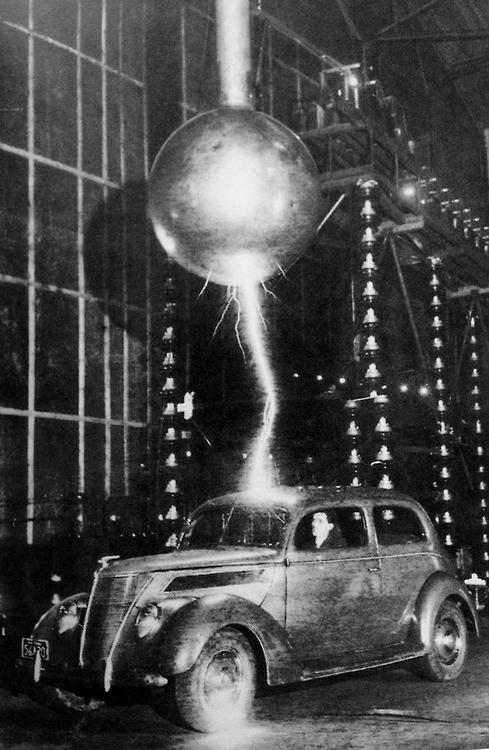 1940-es évek. Három millió Voltos kisülés járja át az autót a Westinghouse Electric Corporation pittsburgh-i villám-tesztjében.jpg