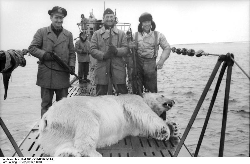 1943. szeptember. U-boot legénység az általuk az északi sarkkörön lőtt jegesmegvével..jpg