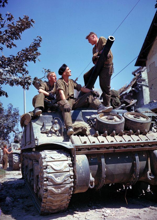 1944. június. Kanadai Sherman tank legénysége Caen-nál..jpg