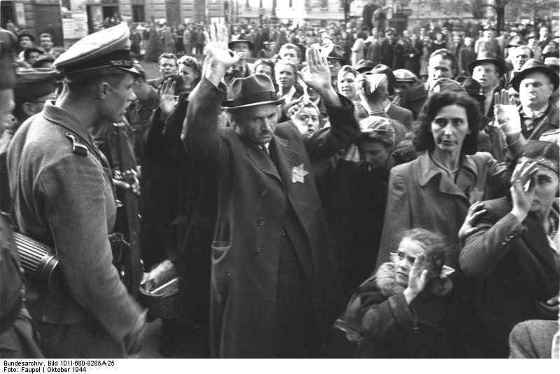 1944. október. Budapesti zsidók transzportja indul Auschwitz-Birkenau-ba..jpg