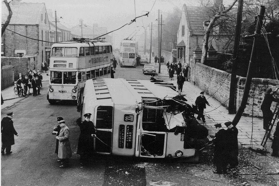 1959. Emeletes trolibusz balesete a Bellwell Lane-en, Newcastle-ben..jpg