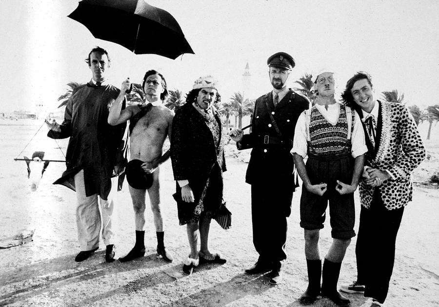1970-es évek eleje. A Monty Python csoport valahol a közel-keleten. A brit abszurd humor megtestesítői, idén 45 éve alakultak meg..jpg