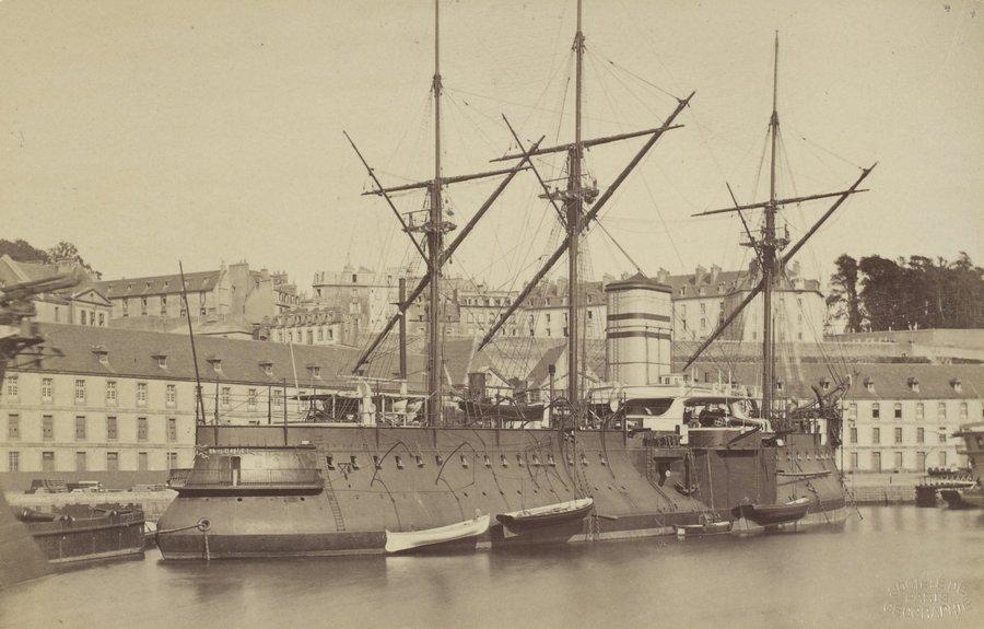 1882. Az első fémszerkezetű hadihajó Brestben. A Redoubtable az első hadihajó volt, aminek fő építőeleme fém és nem fa. A korrózióvédelem hiánya miatt mindössze 1910-ig szolgált; ócskavasnak adták el..jpg