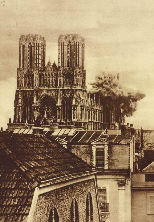 1914. A francia Reims katedrálisába becsapódó német lövedék..jpg