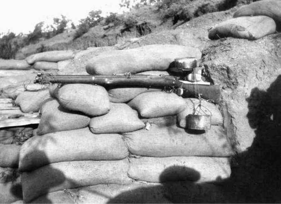 1915. Ausztrálok által hátrahagyott barkácsolt időzítővel ellátott puska. Gallipoli visszavonulásuk idején hagyták a lövészárok. Emik időzítve lőttek, hogy a törökök azt higgyjék, még vannak a védvonalban..jpg