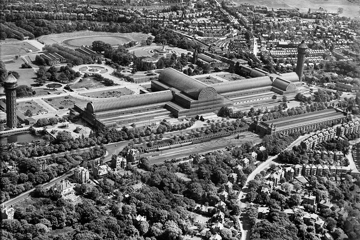 1928. A Crystal Palace teljes fényében. Az 1851-es londoni világkiállításra épült fém-üveg épület egyedülálló volt a maga korában..jpg
