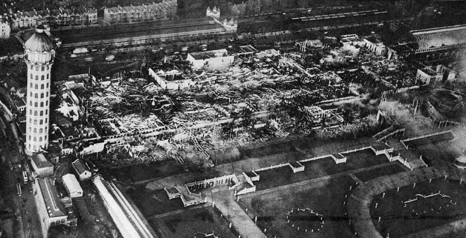 1936. A leégett Crytal Palace romjai. Churchill, aki a tüzet nézők között volt Lezárult egy korszak..jpg