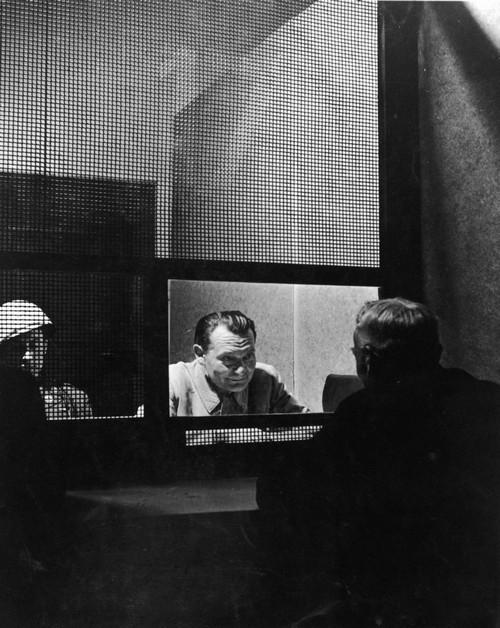1945. Hermann Göring védőjével tárgyal a Nürnbergi-per idején..jpg