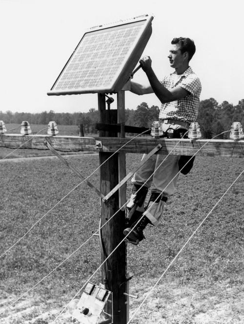 1955. A Bell szakembere az első napelem panelt szereli fel a telefonoszlopra..jpg