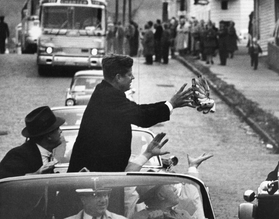 1960. Kennedy egy fürt banánt kap a tömegből választási hadjárata során..jpg