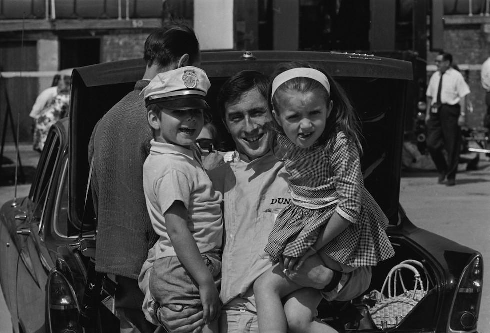 1965. A sokszoros bajnok brit autóversenyző Jackie Stewart barátja, Graham Hill gyerekeivel játszik. A bal oldalon a későbbi forma-1 versenyző Damon Hill..jpg