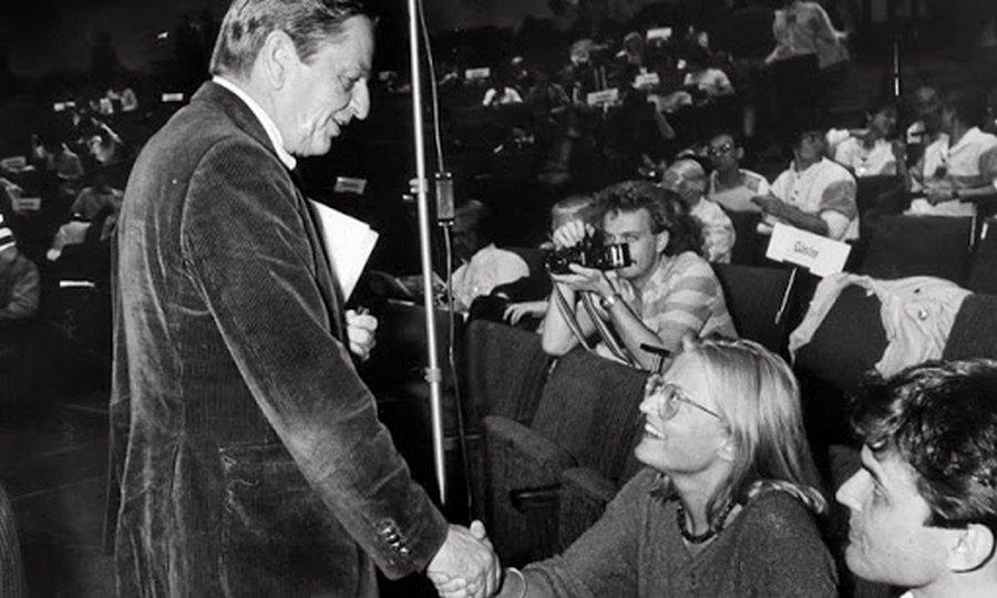 1984. Olaf Palme svéd miniszterelnök kezet fog az újonnan választott külügyminiszterasszonnyal Anna Lindh-el. Később mindketten merénylet áldozatai lettek..jpg