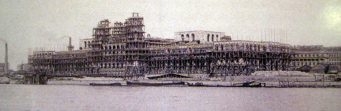 1894. A magyar Parlament építési munkálatai. Az épület a tervek szerint a Millenáris évére készült volna el, de addig csak a külső munkákat fejezték be..jpg