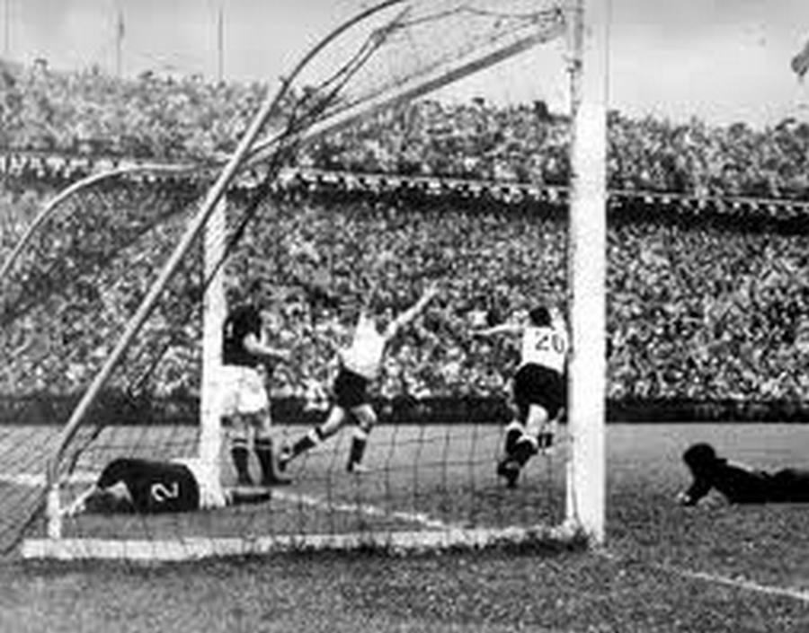 1954. 3-2. Az NSzK döntő gólja a magyar válogatott ellen a svájci labdarúgó világbajnokságon. 2-0-ról fordítottak, így Magyaroszág csak ezüstérmes lett..jpg