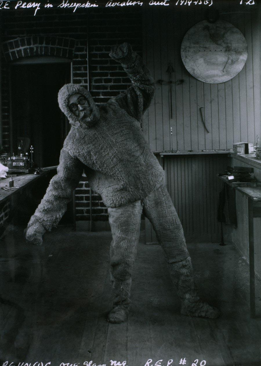 1914. Robert E. Peary sarkkutató, felfedező bárányszőrme alsóruhában..jpg