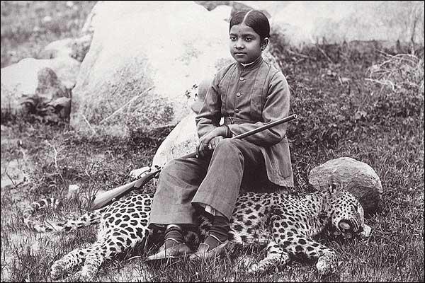 1920. Indiai maharadzsa lánya az általa elejtett párducon ül..jpg