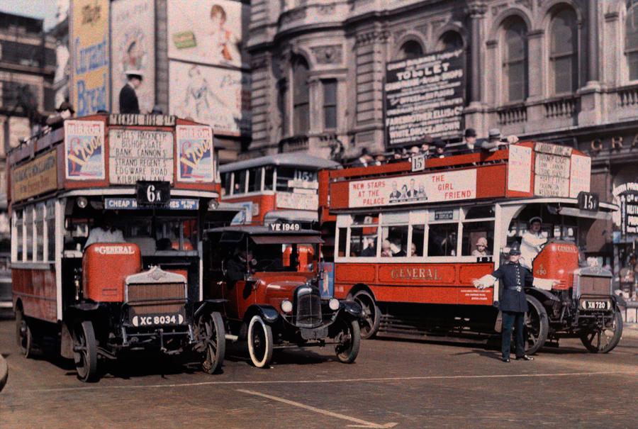 1929. Trafalgar Square. Rendőr irányítja a forgalmat..jpg