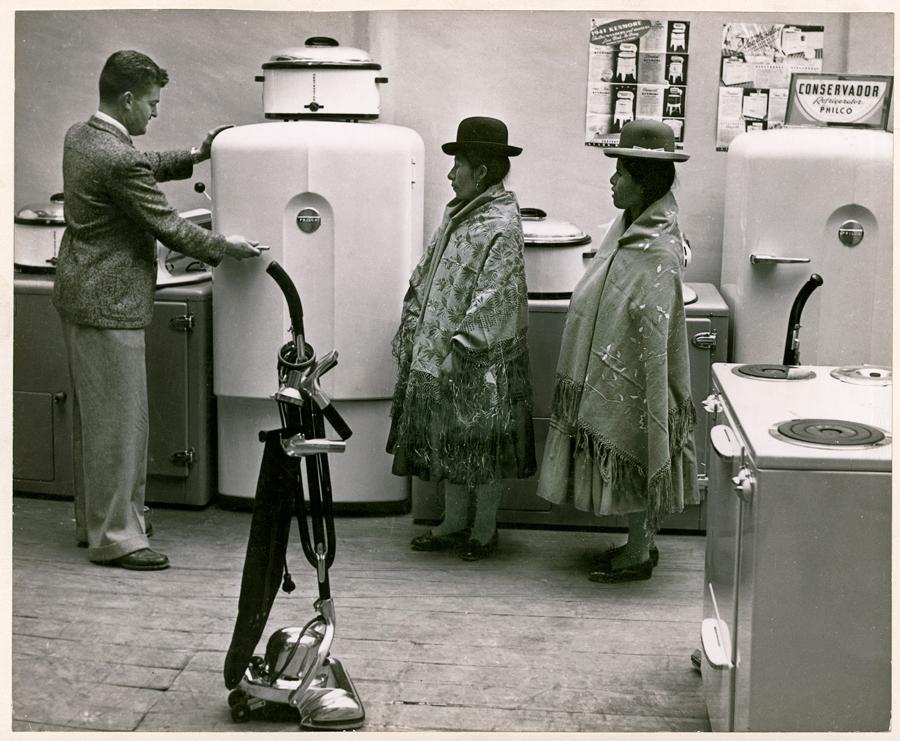 1943. Bolíviai asszonyok a hűtőszekrénnyel ismerkednek..jpg