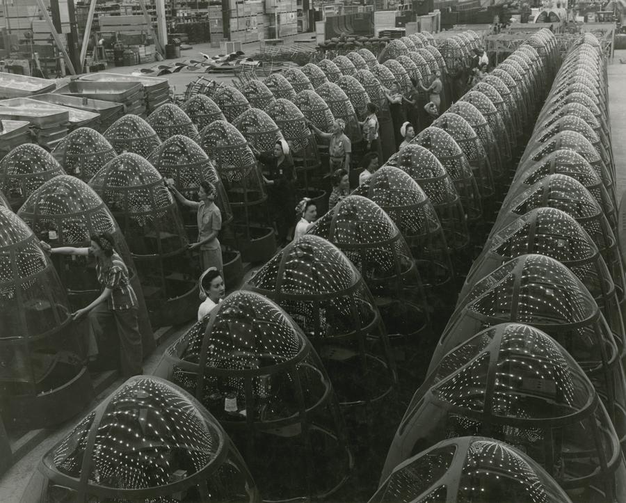 1944. USA. Douglas gyárban bombázók orrkúpjait készítik..jpg
