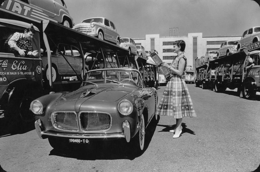 1950. Szállításra váró Fiatok a Torinói gyár előtt..jpg
