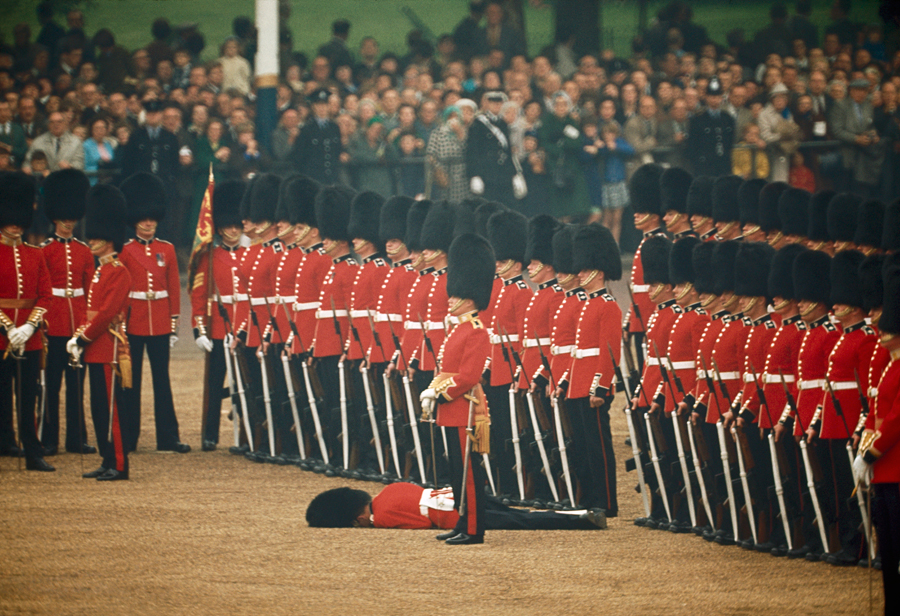 1966. Londoni katonai parádén elájult az egyik résztvevő..jpg