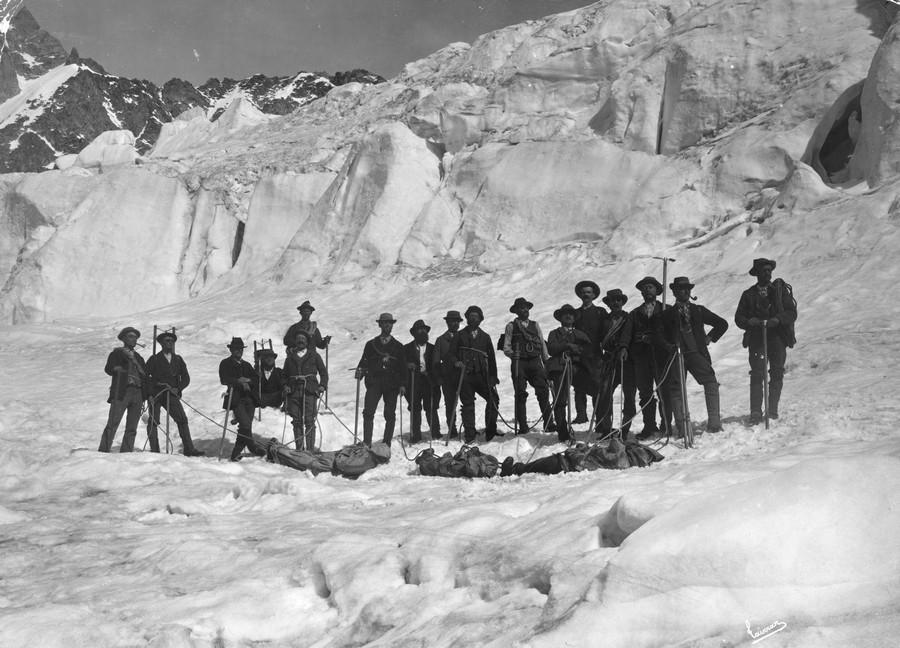 1895. Hegymászók hozzák le halott társaik holttestét a Mont Blanc-ról.jpg