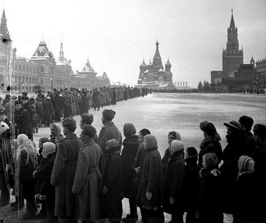 1930-as évek. Kígyózó sor a Lenin mauzóleum előtt..jpg