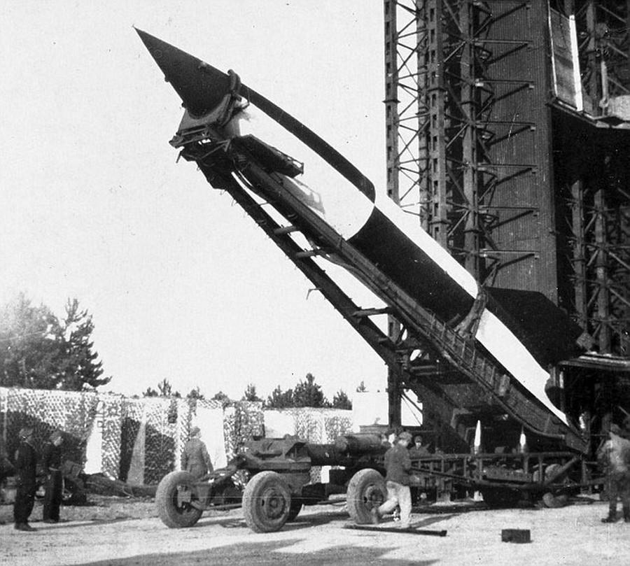 1944. V2-rakéta kilövésének előkészületei..jpg