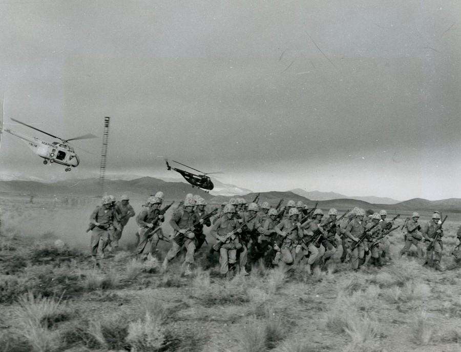 1957. Nevada USA. Tengerészgyalogosok 4th Provisional Atomic Exercise Brigade-ja gyakorlatozik a nukleáris robbanástól 5,2 km-re..jpg