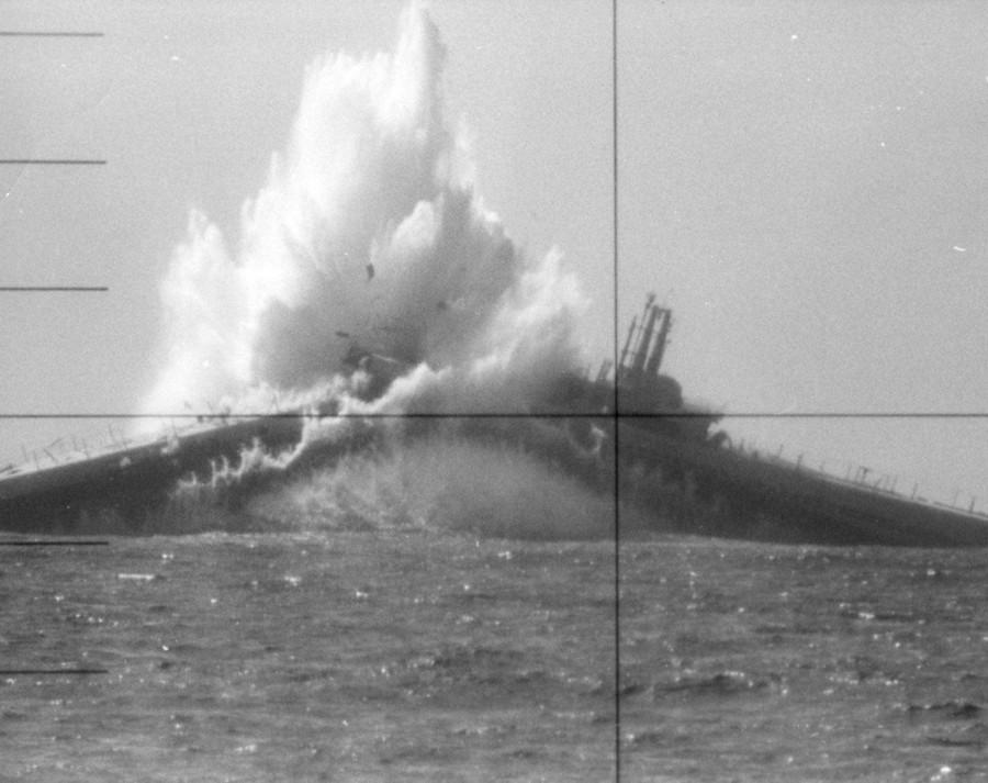 1968. A Wahoo (SS-565) tengeralattjáró elsüllyeszti a Devilfish (SS-292) célpontot San Francisco közelében..jpg