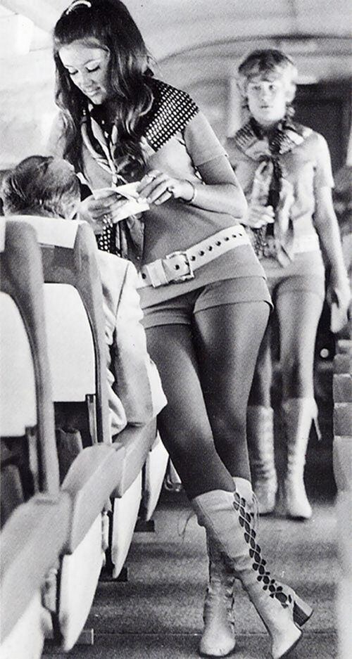 1968. Southwest Airlines stewardesei munkaruhájukban..jpg