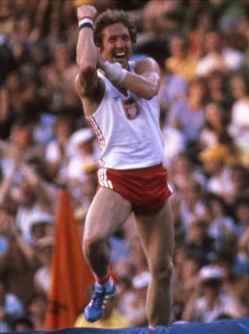 1980. Moszkvai olimpia. Wladyslaw Kozakiewicz rúdugró aranyérmes ugrása után bemutat a szovjet szurkolóknak, akik hangosan kifütyülték..jpg