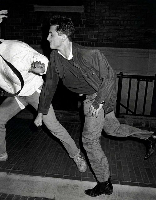 1986. Sean Penn kiüt egy paparazzit..jpg