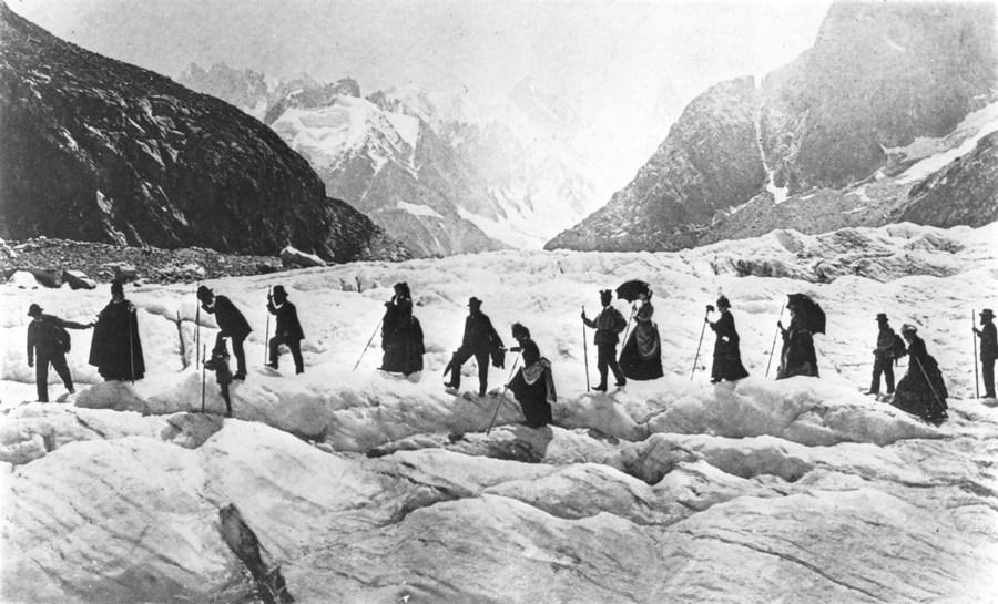 1867. Viktoriánus kirándulók a Chamonix gleccseren Franciaországban..jpg