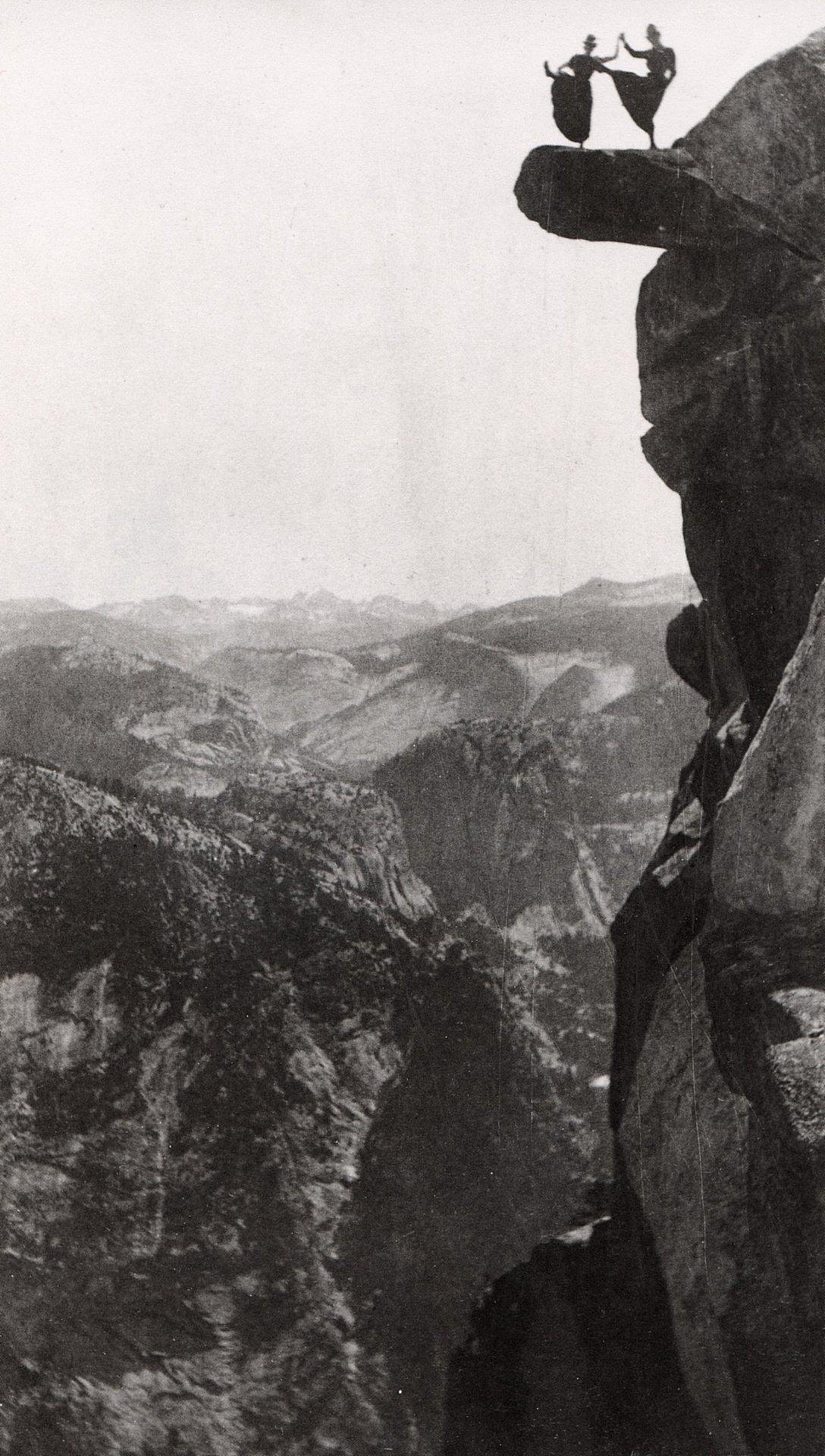 1901. Két nő veszélyes mutatványa a Glacier Point-on a Yosemite Nemzeti Parkban..jpg