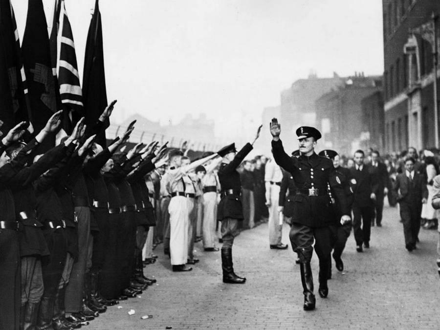 1939. Brit fasiszta vezető Sir Oswald Mosley a Feketeingesek között Londonban..jpg