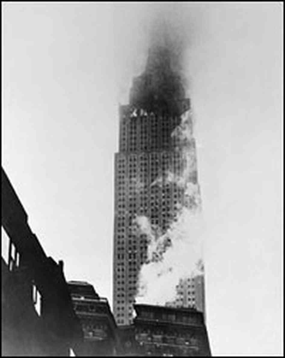 1945. július 28. Az Empire State Building felső emeletei lángokban, miután egy B-25-ös bombázó ütközött neki..jpg