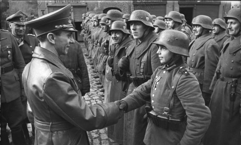 1945. március 9. Joseph Göbbels másodosztályú vaskereszttel tűnteti ki a 16 éves Willi Hübner-t a lengyel Luban visszafoglalásáért..jpg