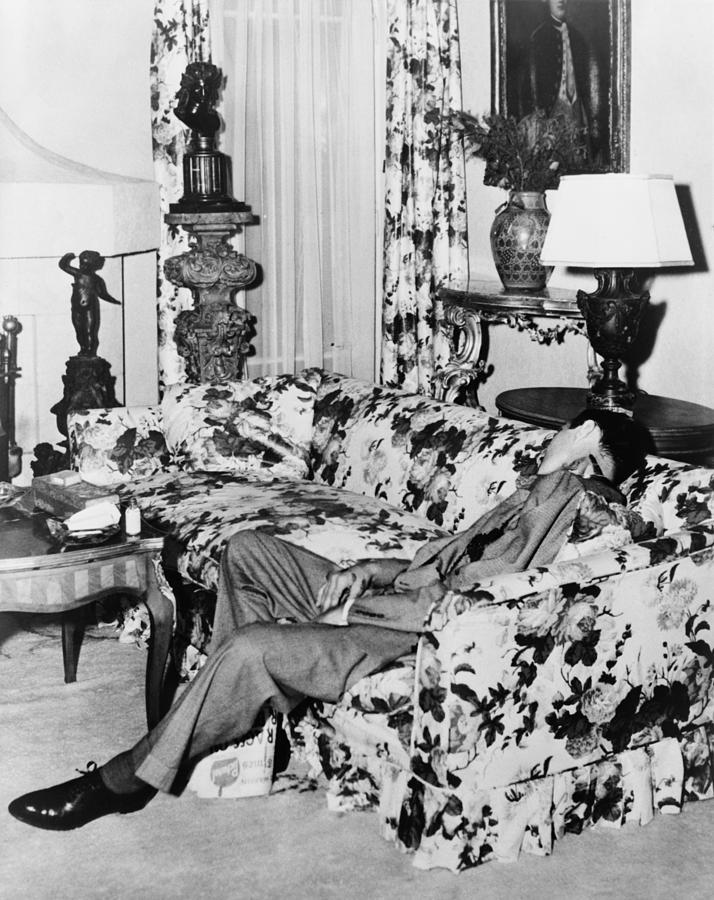 1947. Bugsy Siegel holtteste. Az ablakon keresztül egy bérgyilkos lőtte le egy M1 karabínerrel..jpg