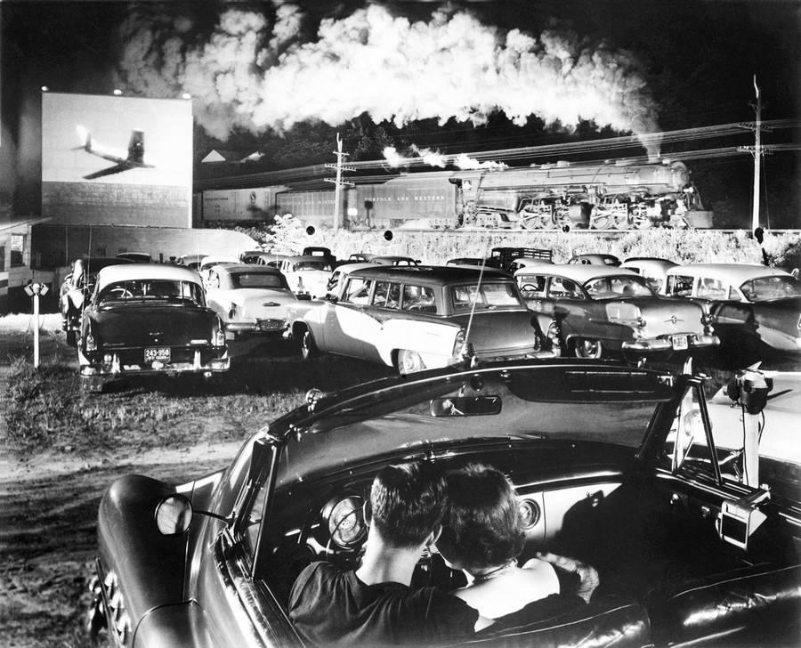 1956. Gőzmozdony húz el egy autósmozi mellett, West Virginia, USA..jpg