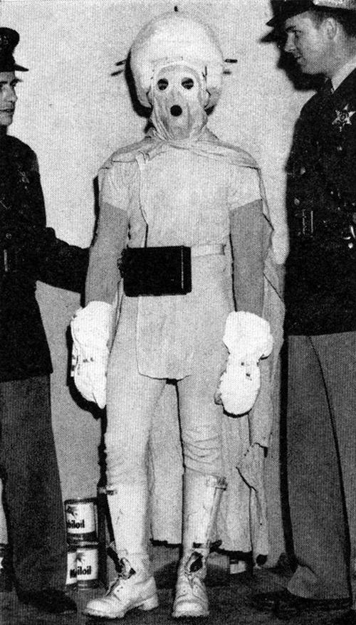 1958 Michigan, USA. A rendőrség elfogta az idegen lénynek öltözött notórius ijesztgetőt..jpg