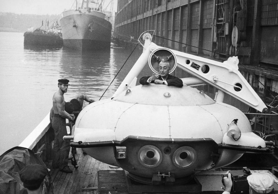 1959. Jacques Cousteau, hajója a Calypso fedélzetén a merülőhajóját próbálgatja. New York..jpg