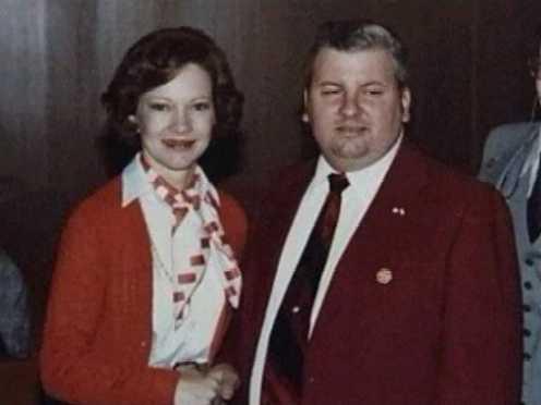 1978. John Wayne Gacy a sorozatgyilkos Rosalynn Carterrel, a first ladyvel fényképezkedik egy rendezvényen. Még abban az évben letartóztatták..jpg