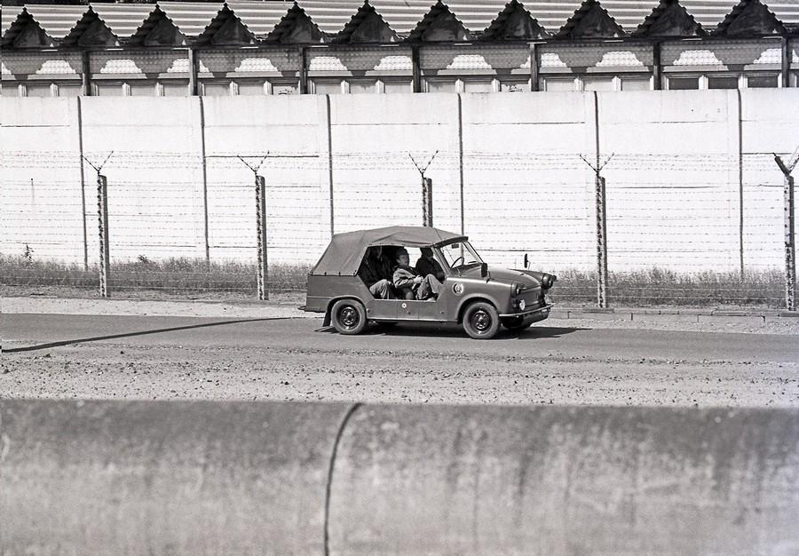 1988. DDR. Határőr-járőr a Berlini falnál Trabant Tramp gépkocsiban..jpg