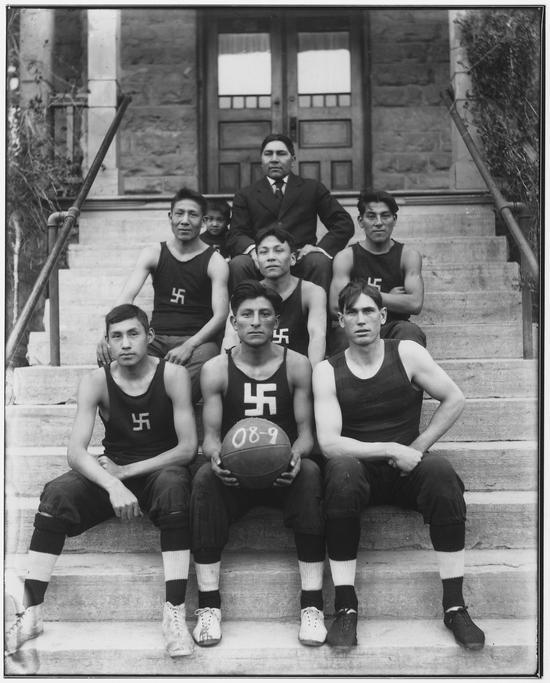 1909. Észak-amerikai benszülött kosárlabda csapat szvasztikával hímzett mezekben. Eredetileg a szimbólum a jószerencse jele..jpg
