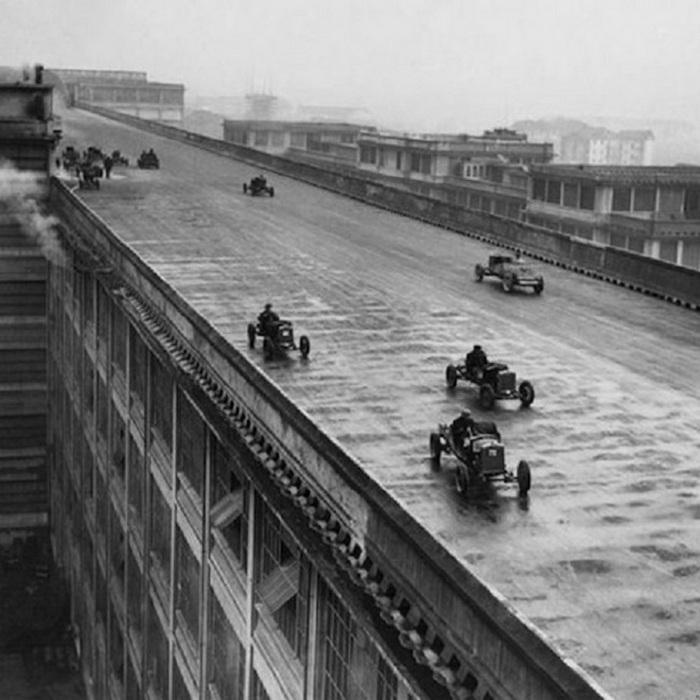 1923. A torinói FIAT gyár tetején lévő versenypályán az üzem mérnökei tesztelték az új fejlesztéseket..jpg