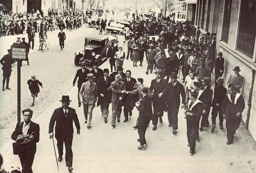 1936. Charlie Chaplin Marseille-ben. Európai túrája során a Modern idők című filmjét népszerűsítette..jpg